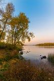 O rio de Dnieper no crepúsculo no outono imagens de stock royalty free