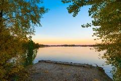 O rio de Dnieper no crepúsculo no outono fotos de stock royalty free