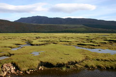 O rio de Dundonnel encontra pouca vassoura do Loch Fotos de Stock Royalty Free