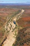 O rio de Finke que corta sua maneira com o MacDonnell ocidental varia Fotografia de Stock