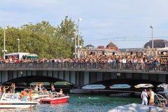 O rio de Limmat e a ponte de Quaubruecke durante a rua desfilam Foto de Stock Royalty Free