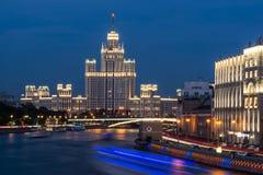 O rio de Moscou na noite Foto de Stock Royalty Free