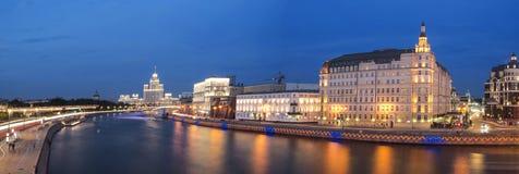 O rio de Moscou na noite Imagens de Stock Royalty Free