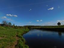 O rio de Oredezh e seus bancos no por do sol Imagem de Stock