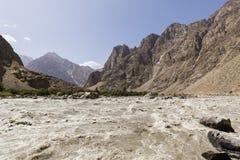 O rio de Panj do rio da beira no vale de Wakhan com direito e Afeganistão de Tajiquistão saiu fotografia de stock royalty free
