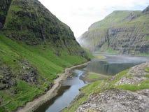 O rio de Saksun encontra o fiorde, Ilhas Faroé Imagens de Stock
