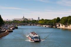 O rio de Seine com turistas envia em Paris Fotografia de Stock