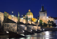 O rio de Vltava, Charles Bridge e a cidade velha constroem uma ponte sobre a torre Imagem de Stock