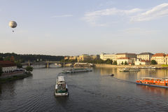 O rio de Vltava durante o por do sol Imagens de Stock Royalty Free