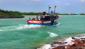 O rio do arasalaru com o barco grande do retorno do mar imagem de stock royalty free