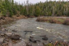O rio do pombo corre através do parque estadual grande e da reserva indígena de Portage É a beira entre Ontário e Minnesota fotos de stock