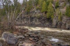 O rio do pombo corre através do parque estadual grande e da reserva indígena de Portage É a beira entre Ontário e Minnesota fotografia de stock
