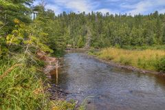 O rio do pombo corre através do parque estadual grande e da reserva indígena de Portage É a beira entre Ontário e Minnesota foto de stock royalty free