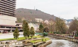 O rio do Thermal e do Tepla do hotel dos termas em Karlovy varia que é o m fotografia de stock royalty free