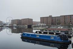 O rio e os ferris rodam dentro Liverpool Imagens de Stock