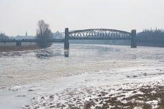 O rio Elbe perto de Magdeburgo com a ponte de elevador Fotografia de Stock Royalty Free