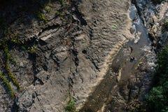 O rio entre as rochas é uma vista superior Imagem de Stock Royalty Free
