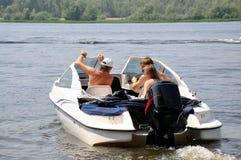 O rio, família navegou o barco fora da costa fotos de stock royalty free