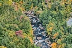 O rio flui dentro da montanha foto de stock