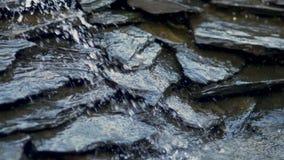 O rio flui sobre rochas vídeos de arquivo