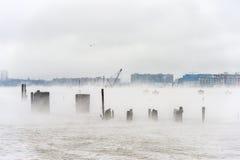 O Rio Hudson no inverno com Misty Edgewater Cityscape no fundo Foto de Stock