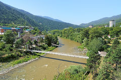 O Rio Kura e subúrbio ocidental de Borjomi, Geórgia Imagem de Stock