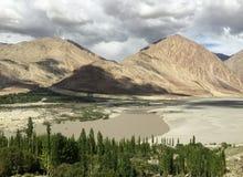 O rio largo flui no vale dos Himalayas Fotografia de Stock Royalty Free