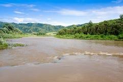 O rio, montanhas e o céu azul. Fotos de Stock Royalty Free