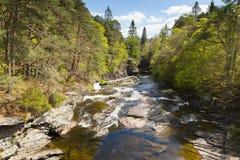 O rio Moriston cai pela cena escocesa bonita BRITÂNICA do campo de Escócia da ponte de Invermoriston Fotos de Stock
