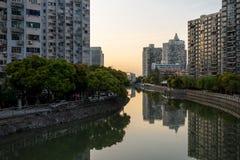 O rio na cidade de Shanghai com muitas casas Imagem de Stock