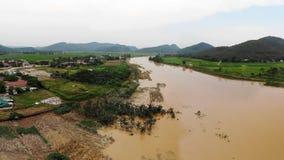 O rio na estação da inundação é nebuloso pelo solo aluvial fotografia de stock