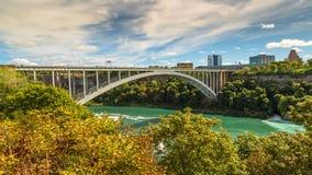 O Rio Niágara e a ponte do arco-íris fotos de stock