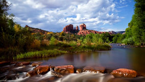 O rio perto das montanhas e das árvores verdes Fotos de Stock Royalty Free