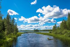 O rio que flui no lago Imagem de Stock Royalty Free