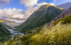O rio que serpenteia através das montanhas fotos de stock