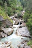 O rio rápido da montanha que está fluindo para baixo das pedras na Abkhásia foto de stock