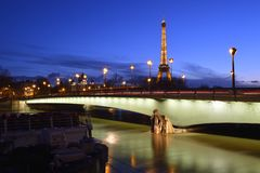 O rio Seine durante a inundação fotos de stock