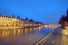 O rio Seine e luzes de brilho, Paris Fotos de Stock