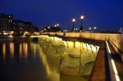 O rio Seine e luzes de brilho, Paris Foto de Stock