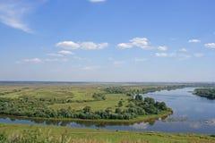 O rio sinuous na planície verde foto de stock