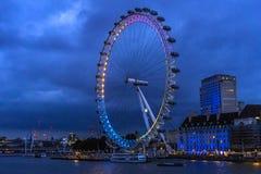 O rio Tamisa e a Londres Eye na noite imagens de stock