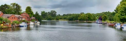 O rio Tamisa em Marlow fotografia de stock