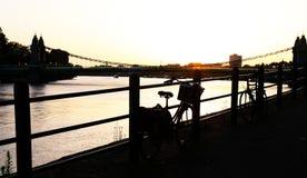 O rio Tamisa em uma noite quente no por do sol foto de stock