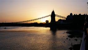 O rio Tamisa em uma noite quente no por do sol foto de stock royalty free
