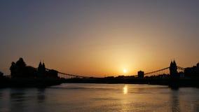 O rio Tamisa em uma noite quente no por do sol imagens de stock royalty free