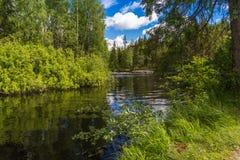 O rio Tokhmayoki (Ruskeala) reflexão Imagens de Stock