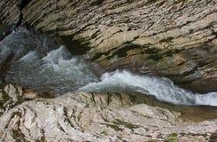 O rio transforma em uma cachoeira bonita pequena na montanha Fotos de Stock Royalty Free