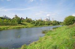 O rio Tvertsa na cidade de Torzhok imagens de stock royalty free