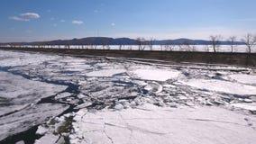 O Rio Volga é congelado parcialmente, blocos grandes de gelo cria os retalhos azul-e-brancos filme