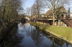 O rio Wandle que passa através de Abbey Mills em Merton, Londres sul imagens de stock royalty free